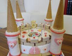 Bei dieser Prinzessinnen-Schloss Torte ist alles essbar, auch die Türme! Es sind keine Papierrollen verbaut! Für die Prinzessinnen-Schloss-Torte