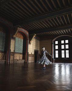 🏰 𝐋𝐚 𝐯𝐢𝐞 𝐝𝐞 𝐜𝐡â𝐭𝐞𝐚𝐮 Aujourd'hui nous sommes allés visiter le joli village de Pierrefonds et son magnifique château. L'un des seuls avantages de la COVID c'est que les visites sont limitées en nombre de personnes, en l'occurrence 30 personnes maximum dans le château, du coup on a pu profiter des lieux sans trop de monde c'était magique. L'histoire de ce lieu est incroyable et je me suis éclatée