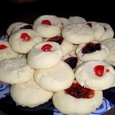 This recipe for rich and buttery cookies is great for Christmas baking. Whipped Shortbread Cookies, Buttery Cookies, Xmas Cookies, No Bake Cookies, Melting Moments Cookies, Apple Crumb Cakes, Baking Basics, Sweet Cherries, Christmas Baking