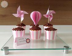 Como fazer Balão e Cata-vento de papel, para decorar seus cupcakes. A receita é de bolo de cenoura com cobertura de chocolate e o passo-a-passo da decoração esta no blog: http://www.muitoalemdacozinha.com/2015/09/03/balao_catavento/