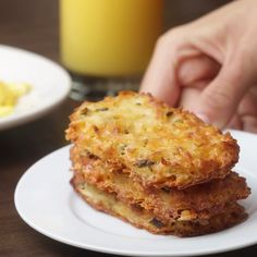 Cheesy Baked Hash Brown Patties (delicious snacks for kids) Tasty Videos, Food Videos, Cooking Videos Tasty, Recipe Videos, Cheesy Hashbrown Bake, Baked Hashbrown Recipes, Cheesy Recipes, Hash Brown Patties, Breakfast Recipes