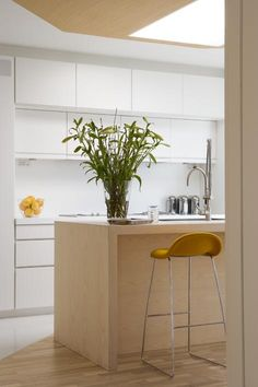 Cuisine avec deux rangées de placards hauts - comme une alcôve.  #kitchen