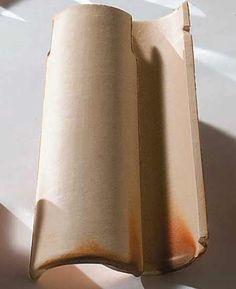 Telha Colonial Master capa-e-canal (22 x 56 cm), da Cerâmica Alarcon. Cores: branca, palha e salmão, simples ou mescladas. Exige 15 peças por m². Inclinação mínima: 30%.