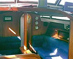 Réfection totale des coussins du carré d'un Évasion 37 en mousse Bultex. Bultex ferme pour les assises, un peu moins ferme sur le devant pour ne pas couper la circulation sanguine. Pour répondre au souhait du propriétaire, qui habite son bateau, les dossiers...