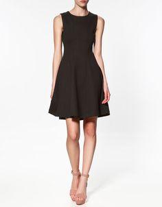 Robe évasée formée par des couture sellier. $40 #Zara