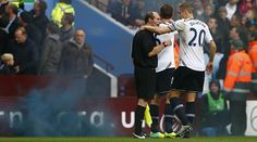 Una bengala alcanza a un juez de línea en el Aston Villa-Tottenham