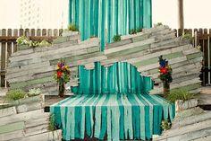 蓝色渐变布条与木质材质的混搭仪式区,很有创意的仪式背景