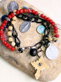 bracelet religieux 3 rangs - médailles et croix vintage - bakélite corail alu émail - POPPY IN THE SKY chapelet : Bracelet par poppy-in-the-sky