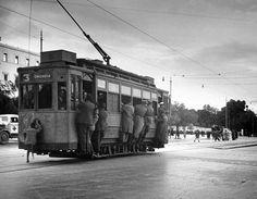 Dmitri Kessel, Δεκέμβριος 1944, Αθήνα, μικροί και μεγάλοι κρεμασμένοι από ένα τραμ στην Πλατεία Συντάγματος. Old Photos, Vintage Photos, Greek Independence, Yesterday And Today, Athens Greece, Public Transport, Time Travel, Past, Street View