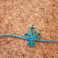How to make a Fleur de Lis Knot To make this fleur de lis knot all you need is 4ft of 550 Paracord in any colour. It's a beautiful decorative knot that can be used to embellish paracord jewellery, lanyards or other rope projects.  Start by folding your rope in half to create a loop in the