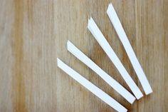 vier gleich breite und lange Streifen Papier in der Mitte knicken