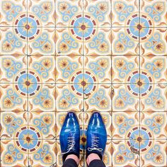 75002 - Rue Poissonniere Enjoy your christmas holidays #parisianfloors#ihavethisthingwithfloors#fromwhereistand#selfeet#feetmeetfloors#paris#design#pattern#interiordesign#architecture#tiles#floor#carrelage#mosaic#shoes#andressendra#patina#leathershoes by parisianfloors