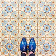 75002 - Rue Poissonniere Enjoy your christmas holidays #parisianfloors#ihavethisthingwithfloors#fromwhereistand#selfeet#feetmeetfloors#paris#design#pattern#interiordesign#architecture#tiles#floor#carrelage#mosaic#shoes#andressendra#patina#leathershoes by parisianfloors