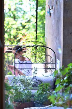Lato jest świętem! Jak urządzić letni salon na balkonie? 5 sposobów - Bird Feeders, Outdoor Structures, Garden, Outdoor Decor, Balcony, Projects, Garten, Lawn And Garden, Gardens