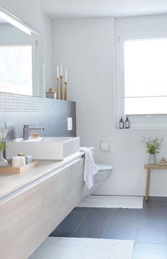 lichte badkamer met maatwerk badkamermeubel en wastafel van composiet