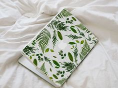 This beautiful leaf macbook decal is made of vinyl by photographing real leaves, ferns and bits of foliage; itll definitely bring that extra Macbook Skin, Macbook Laptop, Macbook Decal, Macbook Air 13, Apple Macbook Pro, Laptop Skin, Mac Laptop, Laptop Cases, Airpods Apple