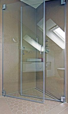 Bodengleiche Dusche mit nach innen einklappbaren Türen