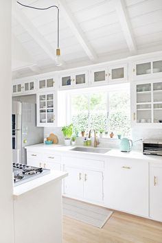 Bright white kitchen remodel | Photography : Jen Ha Read More on SMP: http://www.stylemepretty.com/living/2016/05/12/how-to-make-a-1950s-kitchen-remodel-feel-like-a-total-chefs-paradise/