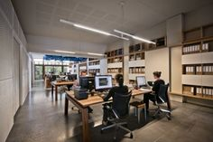 Open workstations with bookshelves on the side - similar to our current office Open Space Office, Bureau Open Space, Open Office Design, Office Fit Out, Cool Office, Office Workspace, Desk Space, Office Table, Office Designs
