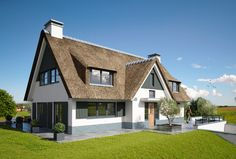 Boerderij / schuurwoning Thatched House, Thatched Roof, Different House Styles, Small Apartment Bedrooms, Archi Design, Charming House, Holland, Fancy Houses, Villa