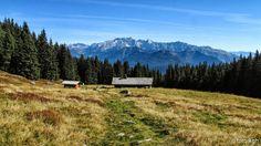 Malga Stablo Marcio, all'orizzonte il Brenta occidentale, in un magnifico giro ad anello, facile, ai laghi Valbona e Monte Cengledino. ● http://girovagandoinmontagna.com/gim/adamello-presanella/(adamello)-laghi-valbona-2200-monte-cengledino-2139/