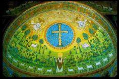 San Apolinar in classe. Ábside. San Apolinar aparece en el centro de la representación orando con 6 corderos a cada lado. Cruz adornada se incribe en un medallón con estrellas. Novedad: Transfiguración de Dios, la mano de Dios emerge del cielo. A los lados de la cruz Moisés y Elías, y los 3 corderos representan a Pedro, Juan y Santiago. Los mosaicos del arco (S.VII-IX) representan a Crsito Pantócrator con el Tetramorofs y 12 corderos que salen de elén y Jerusalén.