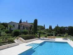 La Farigoulette Saint-Tropez Located in Saint-Tropez, La Farigoulette offers a private outdoor pool, a garden, a covered terrace and a summer kitchen. The property is a 5-minute drive from Saint-Tropez's city centre and 5 km from Les Salins Beach. Free WiFi access is available.