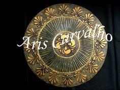 Mandala em mdf, detalhes em alto relevo e acabamento em dourado, 50 cm diâmetro.