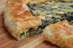Questa torta salata vegana invernale piace a tutti! Una base di pasta sfoglia accoglie un goloso ripieno di verdure di stagione...