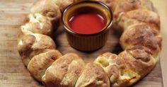 Comfort food: pizzakrans met olijven mozzarella en pepperoni