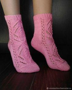 Crochet ideas that you'll love Crochet Slippers, Knit Crochet, Knit Stockings, Knitting Socks, Baby Booties, Sock Shoes, Crew Socks, Mittens, Free Pattern