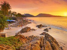 Patong is de belangrijkste badplaats van Phuket. Het staat hoog aangeschreven dankzij mooie stranden en het geweldige nachtleven op Soi Bangla. Voor een fantastisch avondje uit breng je een bezoek aan de Simon Cabaret Show waar je 70 minuten lang op het puntje van je stoel zult zitten en zult genieten van zang, dans en diverse culturen. Het strand van Patong  is drukbezocht,