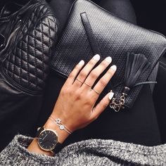 Minimun black and gold Fashion Moda, Look Fashion, Womens Fashion, Fashion Rings, Milan Fashion, Fashion Details, High Fashion, Jewelry Accessories, Fashion Accessories