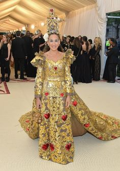 Sarah Jessica Parker in Dolce & Gabbana - All Met Gala 2018 Dresses - Met Gala Red Carpet Celebrity Style Celebrity Red Carpet, Celebrity Dresses, Celebrity Style, Met Gala Outfits, Gala Themes, Met Gala Red Carpet, Galo, Costume Institute, Glamour