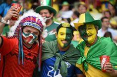 Mexicanos e brasileiros aguardam o início da partida. Foto: Vanderlei Almeida/AFP