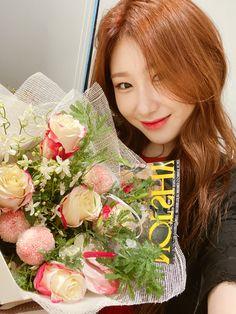 Kpop Girl Groups, Korean Girl Groups, Kpop Girls, My Baby Girl, New Girl, Line Friends, Cool Girl, Pin Up, Floral Wreath