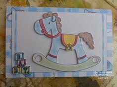 Un cavallo a dondolo e dei cubi per la nascita di un bimbo. Entrambi i giochi sono in 3D, ma alcuni particolari sono in rilievo: l'orecchio, la briglia e la sella con la staffa.