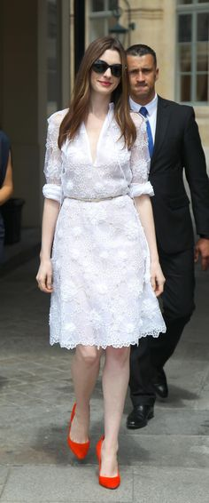 Anne Hathaway In White lace Dress & Pop of Red - Dresses For Teens, Trendy Dresses, Nice Dresses, Casual Dresses, Short Dresses, Summer Dresses, Formal Dresses, Fashion Dresses, White Maxi