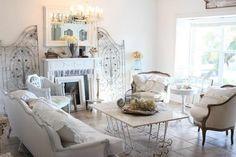 salon blanc avec meubles en fer blancs et décoration shabby