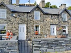 Pant Tanygrisiau nr. Blaenau Ffestiniog Located 39 km from Llandudno, Pant offers pet-friendly accommodation in Blaenau-Ffestiniog. The property features views of the city and is 16 km from Betws-y-coed.  There is a dining area and a kitchen.