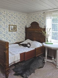 Clean, cool colors for a beautiful sleeping room. Duro's Fjarsman brought to you by Innobo Inc. l love the old fashioned wall paper! Swedish Cottage, Antique Beds, Cottage Interiors, Swedish Interiors, Bedroom Vintage, Beautiful Bedrooms, Shabby, Bedroom Decor, House Design
