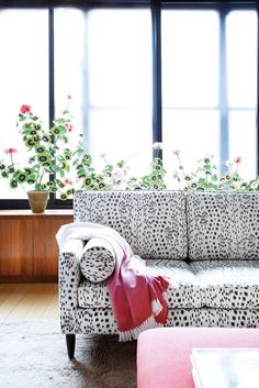 perfectly printed sofa (with pops of pink and fresh blooms!).