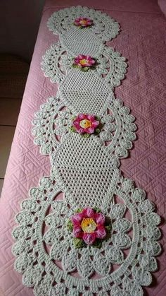 crochet lace tape tape lace as table runner - PIPicStatsResolvendo os squares que eu ja tenho.This Pin was discovered by MelCrochet Doilies And Mandalas Crochet Table Runner, Crochet Tablecloth, Crochet Doilies, Crochet Flowers, Crochet Stitches, Crochet Home, Crochet Baby, Free Crochet, Doily Patterns