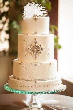 Art deco inspired wedding cake with feather accent #wedding #weddingstyle