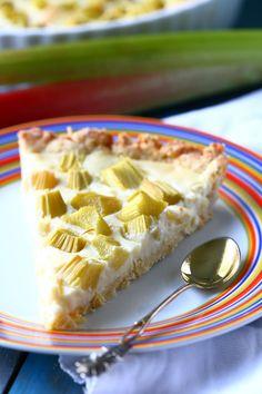 Herkullinen valkosuklaa-raparperipiirakka - Suklaapossu Food And Drink, Pie, Desserts, Torte, Tailgate Desserts, Cake, Deserts, Fruit Cakes, Pies