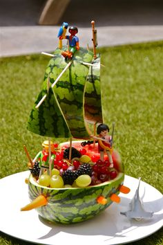 16 Most Creative Watermelon Fruit Salads - Pretty My Party - Party Ideas Fruit Decorations, Food Decoration, Watermelon Fruit Salad, Watermelon Carving, Fruit Creations, Creative Food Art, Food Carving, Vegetable Carving, Snacks Für Party