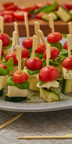 Simple and quick party recipe for beautiful, colorful skewers made from fruity tomatoes, creamy mozzarella and spicy zucchini. The fresh basil give the small tapas a special touch. Antipasto Skewers, Crudite, Spicy Recipes, Vegan Recipes, Cooking Recipes, Bruschetta Bar, No Cook Appetizers, Keto Bars, Tomato Mozzarella