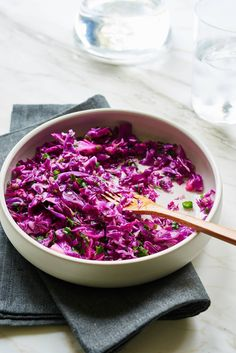Raw Red Cabbage Detox Salad - Everybody loves this raw red cabbage detox salad. It's delicious!