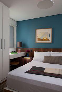 Turquoise - AD España, © Marco Antonio En la habitación de invitados, el cabecero de madera de nogal fue diseñado para la ocasión. El cuadro sobre la pared turquesa es de Chen Kong Fang y la lámpara de mesa es una Atman de Bertolucci.