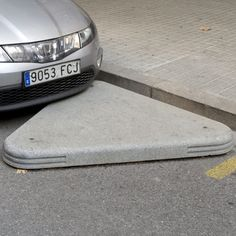 Sidewalk curb ramp / concrete / other shapes PROTECTOR VADO by Enric Pericas Escofet